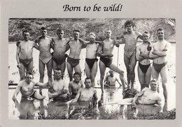C.P.M. Nostalgica, Ed. Quadriga Berlin, Born To Be Wild, Hommes Soldats Allemands En Maillots De Bain Pour Toilette - Illustrateurs & Photographes