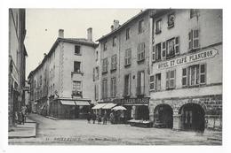 SAINT-FLOUR  (cpa 15)  La Rue Marchande - Hôtel Et Café PLANCHON   -   - L 1 - Saint Flour