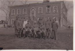 Foto Deutsche Soldaten - Unterkunft In Alexandrija - Ukraine - Ca. 1942 - 8*5cm (27290) - Krieg, Militär