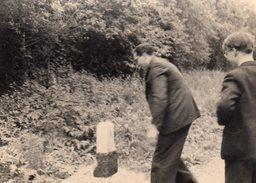 2 Photos Originales Homme - Etrange Manège Autour D'une Borne Kilométrique - Rigolade Signée Leonar Leigrano - Personnes Anonymes