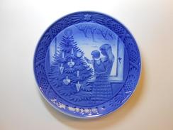 Royal Copenhagen Chrismas Plate 1981 - Admiring The Christmas Tree - 1st. Quality - CHF 25.00 - Royal Copenhagen (DNK)