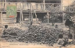 THEME CACAO / COCOA - MADAGASCAR - Récolte Du Cacao - Défaut - Madagascar
