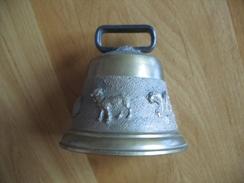100 - Cloche Bronze – St Claude – Décor Brebis Ou Agneau - Cloches