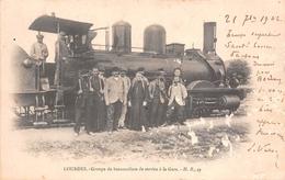 65 - Lourdes - Groupe De Brancardiers Au Service De La Gare - Pose Devant La Loco - Lourdes