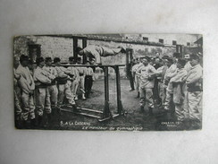 MILITARIA - A La Caserne - Le Moniteur De Gymnastique (CPA Format 13,5 Cm X 7 Cm) - Casernes