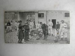 MILITARIA - A La Caserne - La Corvée De Quartier (CPA Format 13,5 Cm X 7 Cm) - Barracks