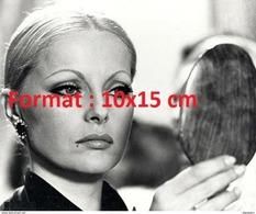 Reproduction D'une Photographie D'un Portrait De Virna Lisi Les Cheveux Tirés Se Regardant Dans Un Miroir Rond - Reproductions