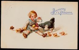 JOLIE CPA PAQUES - EASTER - JOYEUSSES PAQUES - Litho - BEBE QUI MANGE AVEC LES POUSSINS - CHARMANT !! Tampon Auderghem - Easter