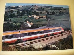 TRAIN 7788 - TGV PARIS-SUD EST - JUIN 1981 UNE  RAME TGV SUR LA LIGNE NOUVELLE DANS LE MORVAN LA SNCF DISPOSERA A LA... - Treni
