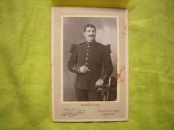 Photo CDV Militaire Officier  134 Au Col Avec épaulettes Et Sabre Cliché J. Odin Mâcon - Guerre, Militaire