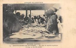 AFRIQUE  GAMBIE  RIVIERE GAMBIE  SAINTE MARIE DE BATHURST   UN COIN DU MARCHE AUX POISSONS - Gambie