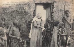 ROUANDA  A LA PORTE DU DISPENSAIRE  MISSIONS D'AFRIQUE - Rwanda