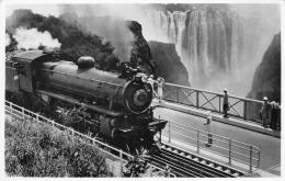 ZIMBABWE  RHODESIE  A RHODESIA RAILWAYS' TRAIN CROSSING THE VICTORIA FALLS BRIDGE - Zimbabwe