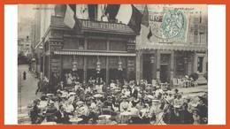 RARE : SAINT MALO En 1905 Dans La Vieille Ville, La Place Chateaubriand Très Animée Devant Le Café Des Voyageurs - Saint Malo