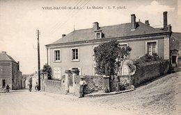 Le Vieil-Baugé.. Animée Belle Vue De La Mairie Cyclistes - Other Municipalities
