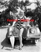 Reproduction D'une Photographie De Mamie Van Doren En Maillot De Bain Et Ombrelle Posant Devant Une Belle Automobile - Reproductions