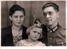 Original Foto 194?, Deutscher Soldat Mit Frau Und Kind, Fotoformat Ca.14 X 10,4 Cm - 1939-45