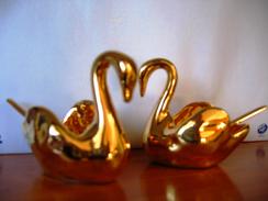 Couple De Cygne Avec Cuillère Porcelaine De Colombie Avec Dorure Années 60 Set De Table Sel Et Poivre - Céramiques