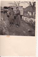 Foto Deutsche Soldaten Mit LKW-Kolonne - 2. WK - 5,5*5,5cm (27576) - Guerre, Militaire