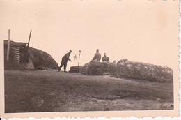 Foto Deutsche Soldaten In Stellung Mit Alarmglocke - 2. WK - 8,5*5,5cm (27582) - Guerre, Militaire