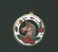 Medaille  Fantaisie  En émail - LICORNE Et Roses Sur Fond Blanc - Bijoux & Horlogerie