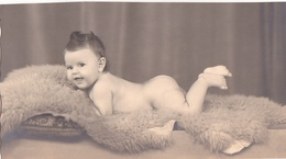 26029 Carte Photo -enfant Couche Culotte Bébé Baby Tout Nu ! Coussin- Année 50 ?  Belgique -attention Carte Coupée - Bébés