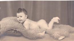 26029 Carte Photo -enfant Couche Culotte Bébé Baby Tout Nu ! Coussin- Année 50 ?  Belgique -attention Carte Coupée