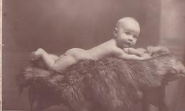26029 Photo -enfant Couche Culotte Bébé Baby Tout Nu ! Coussin -attention Photo - Edward Monu Bruxelles Belgique - Bébés