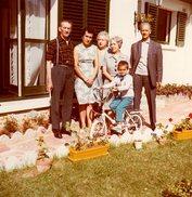 Photo Couleur Originale A Bicyclette, Un Petit Garçon, Son Vélo Et Sa Famille Vers 1960/70 - Cyclisme