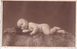26030 Photo -enfant Couche Culotte Bébé Baby Tout Nu ! Coussin -attention Photo Vandesande Bruxelles Belgique
