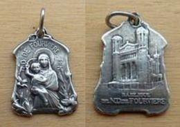 NM-101Petite Médaille En Ag (poinçon) N.D. De Fourvières Au Dos La Basilique - Jewels & Clocks