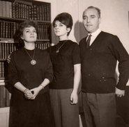 Photo Originale Portrait De Famille Idéale, Bien Sous Tous Rapports à Noël 1962 - Peu être Un Peu Strict ! - Personnes Anonymes
