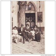 MCATP9525DCPA-LFTD11812TBAN.Tarjeta Postal DE MURCIA.Arboles,FAMILIA SENTADA EN DELANTE DEL BANCO DE CARTAGENA - Bancos