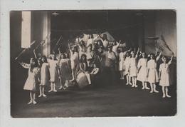 A Identifier Drapeau Suisse Troupe De Jeunes Filles Spectacle Militaires école Privée - Suisse
