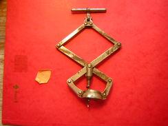 ANCIEN TIRE BOUCHON EN FER  ARTICULE  MARQUE PERFECT BREVETE S G D G - Apri-bottiglie/levacapsule