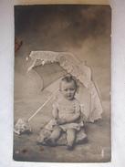 CARTE PHOTO - Bébé Sous Une Ombrelle - Bébés