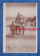 Photo Ancienne D'un Poilu - MARFAUX - Soldat Anglais Transportant Un Bléssé - 1918 Medical British Soldier BEF WW1 Army - Guerre, Militaire
