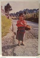 GUATEMALA - PEQUENA INDIGENA EN EL CAMINO HACIA SOLOLA' - Guatemala