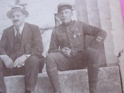 WW1 MILITAIRE Avec MÉDAILLES ASSIS A ATHÈNES DEVANT ENTRÉE ACROPOLE Photo Originale Photographie Guerre 14-18-Militaria - Guerre, Militaire