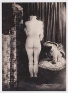 Photographie Originale Cartonnée Femme Nue - Nu Féminin Intégral De Dos - Erotisme - Bas - Lingerie - Peluche - Curiosa - Nus Adultes (< 1960)