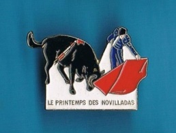 1 PIN'S  //   ** LE PRINTEMPS ** DES NOVILLADAS ** - Bullfight - Corrida