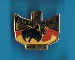 1 PIN'S  //   ** CORRIDA ** ARÈNE D'ARLES ** - Bullfight - Corrida