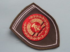 DDR Badge / Insigne Voor Kledij ( Zie Foto's Voor Detail ) Indentificier / Identify Plaese !! - Polizei