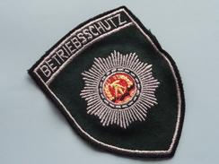 DDR BETRIEBSSCHUTZ Badge / Insigne Voor Kledij ( Zie Foto's Voor Detail ) Indentificier / Identify Plaese !! - Politie & Rijkswacht