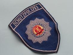 DDR SCHUTZPOLIZEI Badge / Insigne Voor Kledij ( Zie Foto's Voor Detail ) Indentificier / Identify Plaese !! - Police