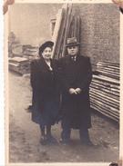 26044 Quatre 4 Photo - Couple Femme Belgique -bois Planches - Personnes Anonymes