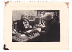 26045 Deux 2 Photo - Interieur Maison Partie Cartes De Jeux  Belgique - - Personnes Anonymes