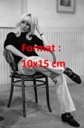 Reproduction D'une Photographie De Sylvie Vartan Assise Sur Une Chaise En Bois - Reproductions