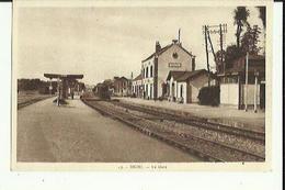 Brou  28    La Gare Et Les Quais Animés _Train Arreté En Gare - Andere Gemeenten