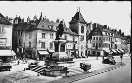 CARTE POSTALE 09CM/14CM PHOTO ORIGINALE DENTELEE : LONS LE SAUNIER  LA PLACE DE LA LIBERTE ANIMEE  JURA (39) - Lons Le Saunier